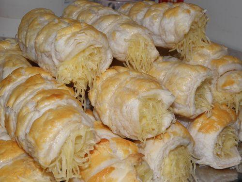 Sajtos roló. Ropogós leveles tészta, lágy sajtkrémmel töltve. Fantasztikus ízmámor. A főzött sajtkrémmel