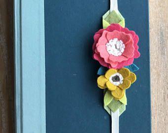 Questo segnalibro fiore feltro è perfetto per mantenere il vostro posto o le pagine indietro il tuo libro preferito o il giornale.  Fa un grande regalo di compleanno, amico o insegnante. Viene confezionato il coordinamento cartoncino stampato con il logo di ParkerJ. Tutti insieme per regalare a quello speciale qualcuno.