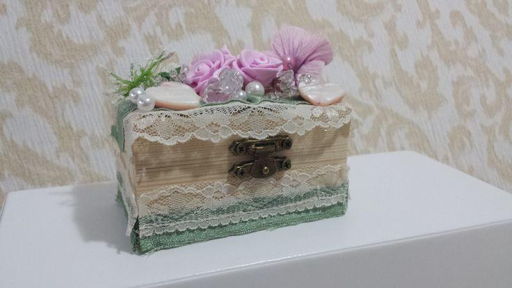 Scatolina in legno decorata a mano