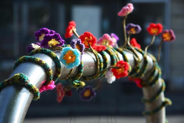 Guerilla Knitting passend zum Frühling mit wunderschönen Blumen.
