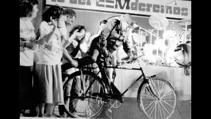 Fidel Castro promocionando la bicicleta en Cuba, en 1991. Para ello, se trajo una remesa de ellas fabricadas en China y la URSS.   REUTERS...
