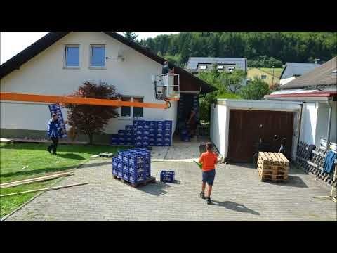 2 Minuten Action mit blauen Bierkisten in Geisingen als HochzeitsgeschenkHochzeitsstreich