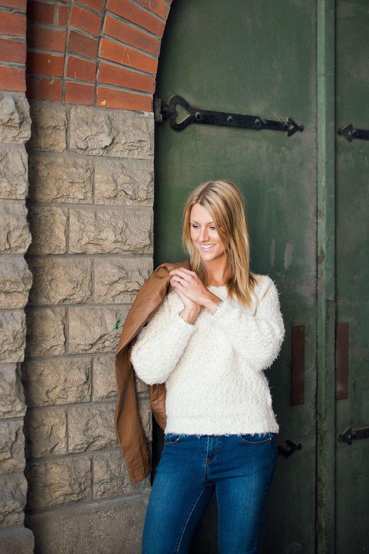 Mysig lurvig tröja till blå jeans och PU-jacka   Furry sweater, jeans, fake leather jacket outfit inspiration   www.mandeldesign.se