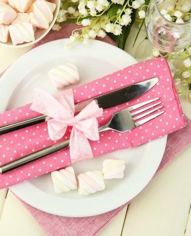 Voor bij het paasontbijt of volgend jaar met het kerstdiner... een gedekte tafel is pas écht af met een mooi setje servetten. Servetten vouwen doe je zo!