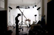 Sala di posa Marco Poderi Studio durante una produzione sul fondale bianco
