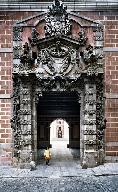 puerta de entrada al cuartel de conde duque (foto de turismo madrid)