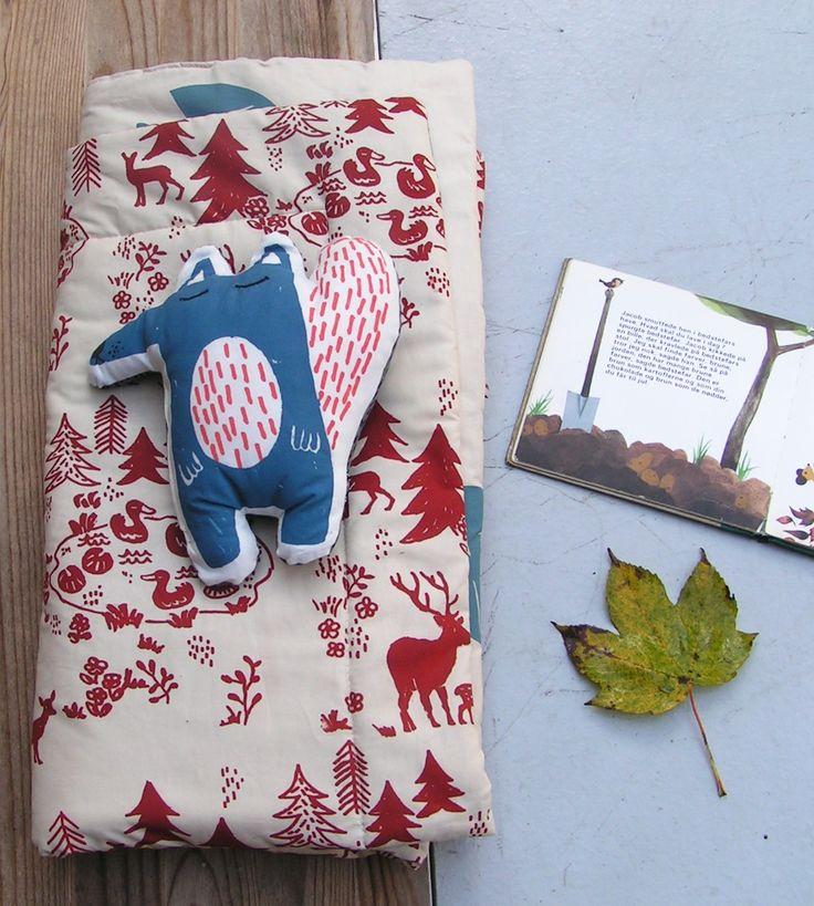 The blue fox mini and waterlily quilt Silk screened by hand , baby & kids design #fox #silkscreen #silketryk #babydesign #babyquilt #kidsdesign #smallbusiness #smallbiz #danishdesigner #dansk #weekendsale #etsyshop #babygifts #wholesalebaby #wholesalekids