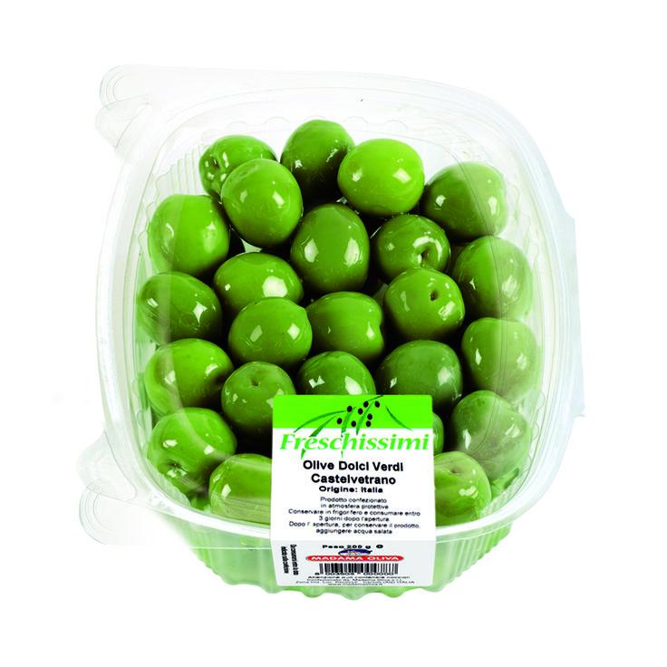 Le olive di Castelvetrano vengono raccolte a settembre prima che siano mature, cioè quando la polpa è croccante ed i frutti hanno un colore verde brillante. Queste olive, dalla pezzatura media e dalla forma ovale, sono conservate in salamoia e caratterizzate dal gusto dolce, con un leggero sentore salato. Possono essere utilizzate come olive da tavola o per insalate. Spesso vengono usate per carni arrosto, carne di pollo o pesce.Queste olive sono il simbolo del sole e del territorio…