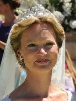 Prinses Carolina van Bourbon-Parma draagt de bandeau á la Grèque op haar huwelijk