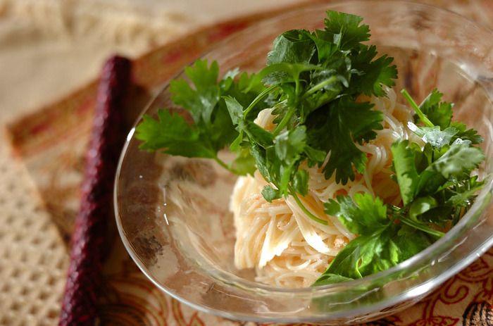 ナンプラーを使ったエスニック素麺。香菜をたっぷり添えていただきたいですね。