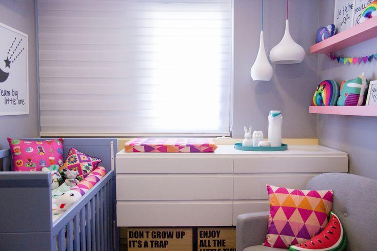Projeto especial da arquiteta @thaisabohrer para o quarto da filhota Maria Laura. Paredes cinza onde o colorido da decoração fez a diferença. Roupa de cama e acessórios em tons da MOOUI.