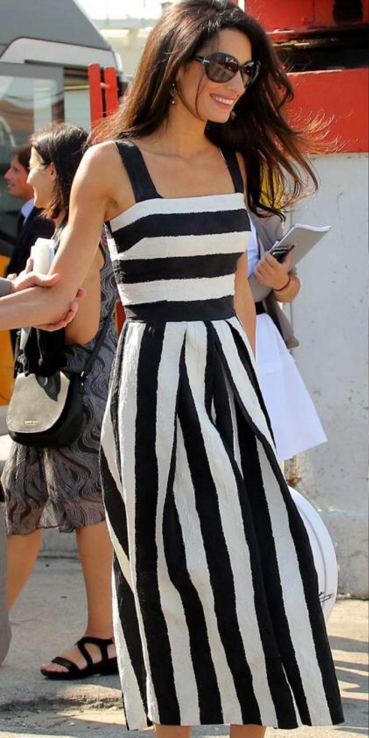 Amal com um vestido de riscas Dolce & Gabanna