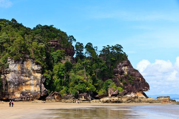 #Malaisie . La côte Est, une côte de plages superbes, des îles tropicales. Offrant ses paysages paradisiaques, ses villages de pêcheurs et un monde de légendes. A tout cela s'ajoute la jungle de la péninsule, plus vieille forêt du monde, riche d'une gloire rarissime et d'une faune fascinante, royaume des aborigènes nomades.  http://vp.etr.im/81d8