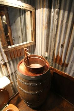 otro fregadero con barrica de vino