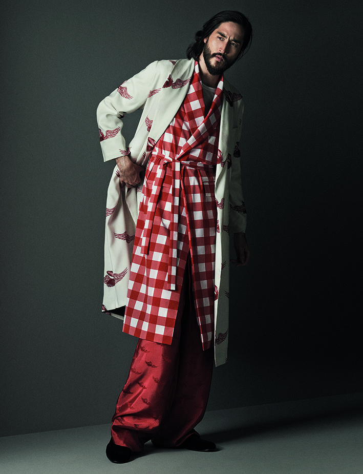 Long wool and silk night robe with fantasy flying-shell print in coral red on pearl white. The night robe is teamed with a long chequered gilet in the same colours with shawl collar. The flying-shell design is used as a jacquard motif on the wide-legged pure-silk trousers teamed with a jersey cotton t-shirt.