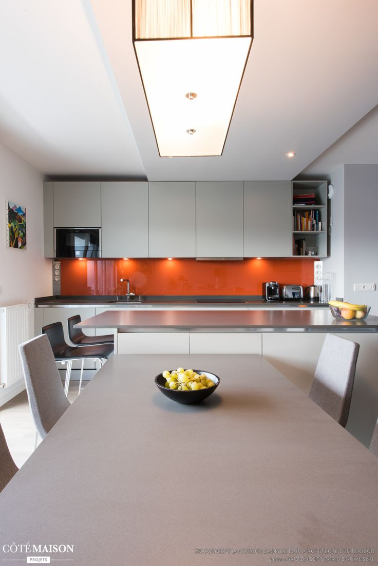 Une cuisine blanche ouverte sur la salle manger avec for Cuisine plan central