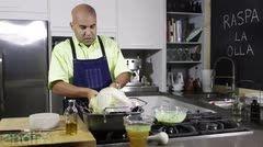 ¿Buscando una receta rápida y sabrosa para el día de Acción de Gracias?  El chef Piñeiro te ofrece una manera sencilla de preparar el pavo, y disfrutarlo en familia.