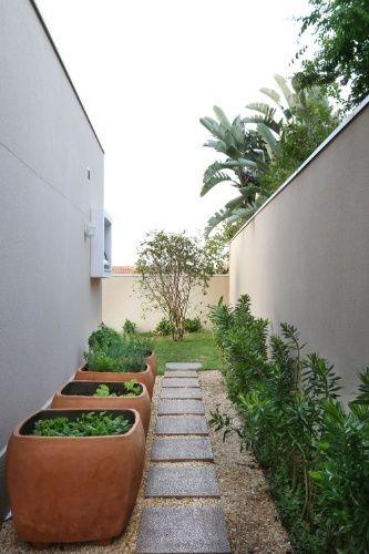 O sistema de tubos de irrigação chega ao fundo do quintal e alcança os vasos de hortaliças, as jardineiras que contornam os muros da residência e a jabuticabeira. Para garantir a certificação sustentável (LEED), o paisagismo da casa Campinas - desenvolvido pelo Studio Atrio - utilizou plantas típicas locais ou bem adaptáveis às condições climáticas