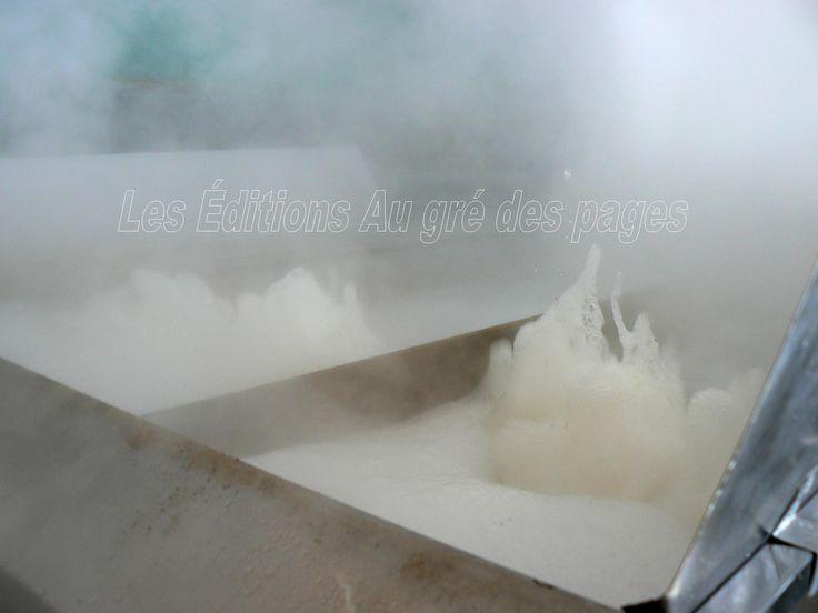 Nous voyons ici l'eau d'érable bouillir à gros bouillons au dessus desquels s'élève la vapeur d'eau.