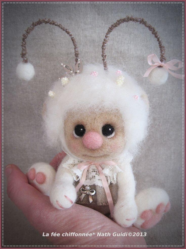 Bouille, un petit personnage en laine feutrée blanche : Sculptures, gravures, statues par la-fee-chiffonnee
