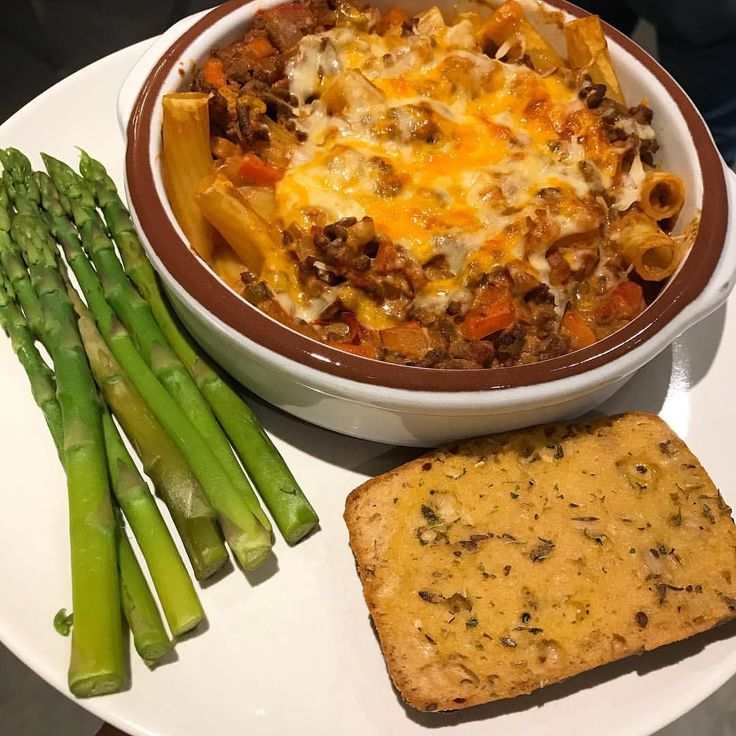 creamy bolognese pasta bake Recipe: (5% mince, 2 onions, 2 carrots, 1 pepper, tin chopped tomatoes, half carton passata, beef oxo cube, garlic, mixed herbs, chili, oregano, some water) • once ready; bolognese & cooked pasta, a spoonful quark, mix. Top with 30g @eatlean cheese. Baked until cheese melted •  garlic-bread: 1/2 a ciabatta + butter, garlic, mixed herbs. & asparagus too. 560 calories • fav recept kvarg