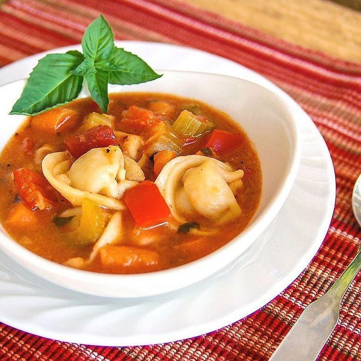 #рецепты_vegetarian  Овощной суп с равиоли  Порой одного супа на обед нам недостаточно но если добавить в него равиоли... Получится сытный полноценный обед! Приятного аппетита!  Ингредиенты (на 4 порции): 1 ст.л. оливкового масла 2 ст. болгарского перца и лука 2 рубленых зубчика чеснока 1\4 ч.л. молотого красного перца 3 ст. нарезанных консервированных помидоров 2 ст. овощного бульона 15 ст. горячей воды 1 ч.л. сушёного базилика упаковка свежих или замороженых сырных равиоли 2 ст. нарезанных…