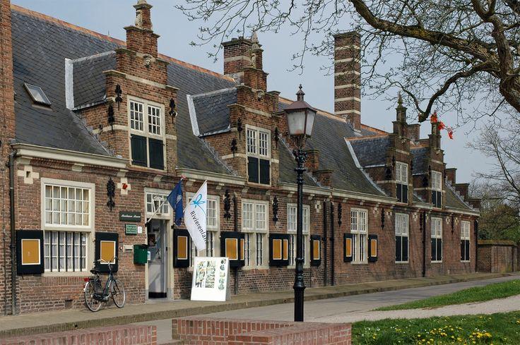 'Museum der Koninklijke Marechaussee' ** Buren ** Gelderland. ** http://www.marechausseemuseum.nl/ ** 's Lands oudste politiemuseum geeft inzicht in de geschiedenis van de Koninklijke Marechaussee, de voormalige Politietroepen en de voormalige Rijksveldwacht. Tevens zijn er veel uniformen van de voormalige Rijks- en Gemeentepolitie tentoongesteld.
