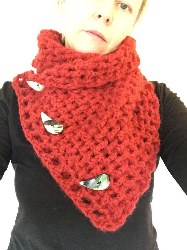 Neckwarmer - inspireret af denne: http://craftyred.blogspot.co.uk/2012/01/lattice-crochet-neck-warmer.html?m=1 Med knapper lavet af horn. Er super tilfreds