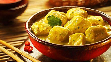 Exquisito pollo al curry, estilo indú, con nuestro propio curry amarillo