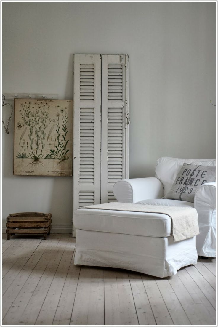 Vieille porte de garde-robe peinte en blanc, utilisée pour déco