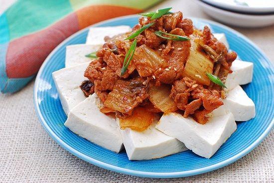 (Tofu with Stir-fried Kimchi and Pork)