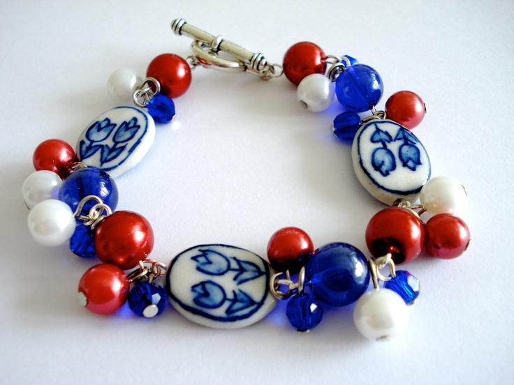 Hollandse armband in rood-wit-blauw. Keramiek tulp armband. Armband Holland.. €17,95, via Etsy.