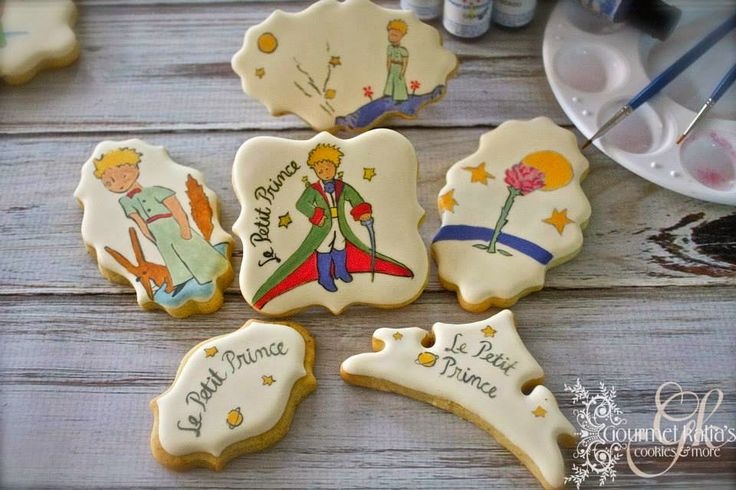 Katia Anagnostaki... The Royal in cookies... In fact in decoration of cookies. Because every decorated cookie is a masterpiece... A detailed art.For me using royal icing is not difficult to handle. It needs practice of course. And I admire many people who chose to use it. But when I see someone real