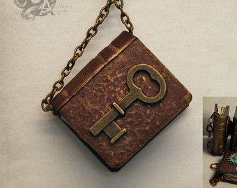 Miniatuur steampunk alchemie boek hanger met bruin cover + bronzen Toon sleutel - polymeerklei 3cm - literaire gotische boek cadeau - keten verkocht sep