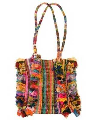 queste borse così colorate sono fatte con degli stracci. Per l'esattezza, brandelli di seta in nome dell'arte del riciclo tanto in voga di questi tempi e che strizzano l'occhio alla pratica degli artigiani tunisini di intrecciare strisce di stoffa per realizzare tappeti.