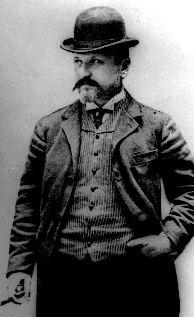 Arnold Spitz, il a conduit les voitures de Benz & Cie., De Dion-Bouton et Mercedes, en 1901, il a engagé Otto Hieronimus et développe sa propre automobile, en 1902 la production a commencé, le nom de marque était stylo.