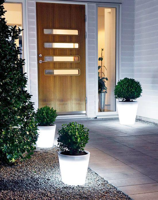 Framsida. Snygg dörr och modern belysning.