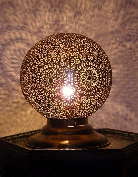 Décoration marocaine : Lampes à poser, Lampe Ambiance ronde en laiton patiné.