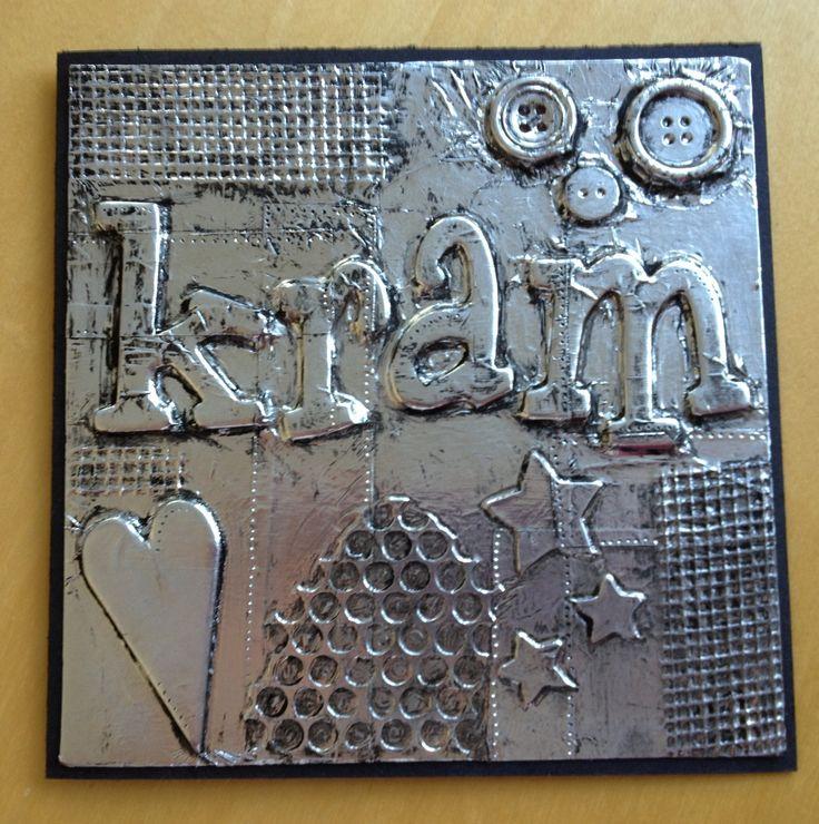 aluminiumkunst - materialen plakken op karton of hout en daarna bedekken met aluminiumfolie en gladstrijken