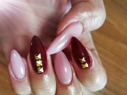 <3 Unghie a stiletto rosa naturale con indice e anulare bordeaux con borchie oro