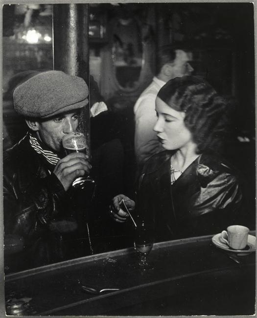 Couple au zinc dun bistrot, rue de Lappe, Paris vers 1933. Brassaï