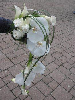 bouquet de mariée retombant avec arums, orchidées et roses