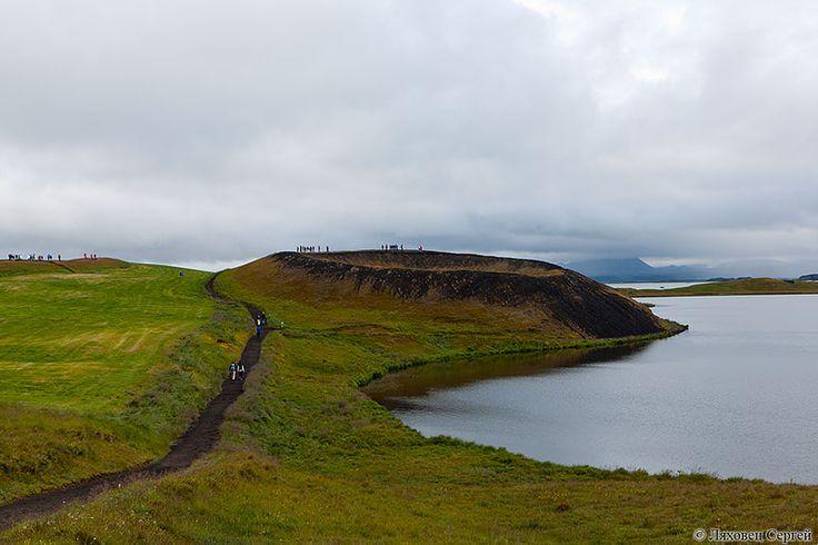 """Псевдократеры Скютустадагигар (Skutustadagigar) на берегу озера   Мюватн.  Тут таких много. Образуются когда лава течет по болоту и раскаленные пузыри газа   """"всплывают"""" к поверхности лавового потока."""