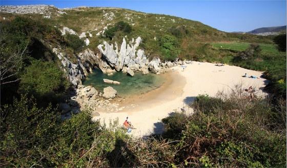 Fantastisch! Gulpiyuri-Beach ligt in het noorden van Spanje, ongeveer 100 meter van de zee midden in een weiland. Het strand heeft zelfs eb en vloed en er zijn golven. Dat komt omdat het water via ondergrondse tunnels in verbinding staat met de Atlantische Oceaan.