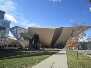 デンバー美術館(Denver Art Museum) 美術館の建物自体がアート作品で色々な角度から見る異なる印象が興味深いです。これは、アメリカの建築家ダニエル・リベスキンドの「フレデリック・C・ハミルトン館」で、ロッキー山脈の尾根の連なりや麓の岩水晶をモチーフとしているユニークで大胆な建築物です。