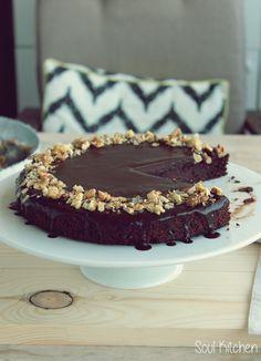 Ha csokitortáról van szó, nem ismerek kompromisszumot. Legyen szaftos, telis-tele finom étcsokival és az sem baj ha egy kicsit keveseb...
