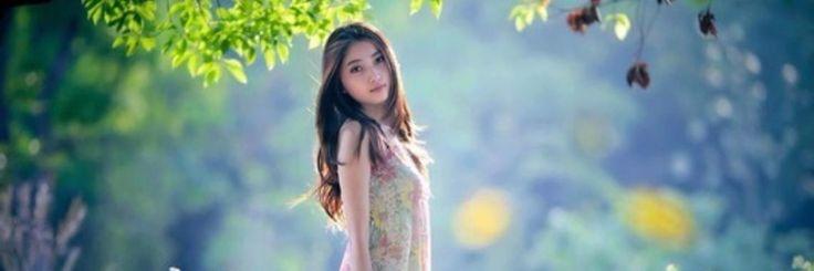 In een veld vol kleurrijke bloemen staat ze te kijken naar jou. Hunkerend naar de aandacht die ze je zo graag geven zou.         Haar gedachten dwalen af naa