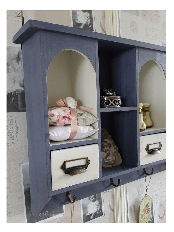 Wandkastje behandeld met Old Violet en Pure White Annie Sloan Chalk Paint. Binnenkant is gedecoupeerd met stof.