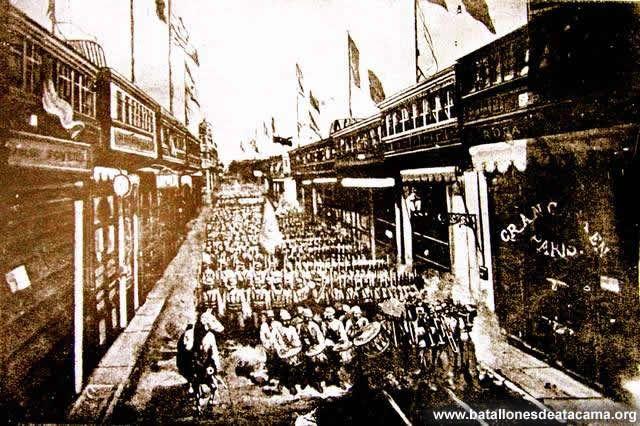 Fotografías Históricas de La Guerra del Pacifico 1879 _ 1884. Lima 1881 Regimiento de Infantería Nº 1 de Línea entrando a Lima.