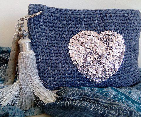 En esta web te enseñaré crochet XL paso a paso con videos y tutoriales y tejerás todo lo que te imagines en trapillo como bolsos, pufs, alfombras,..